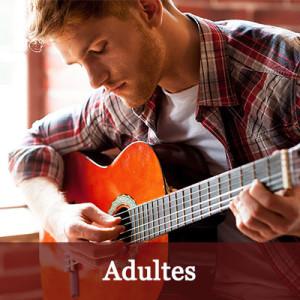 Cours de guitare pour les adultes à l'Académie de guitare.