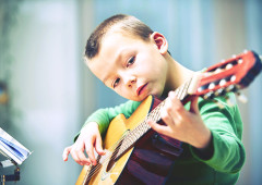 Cours de guitare pour enfant - L'Académie de guitare.